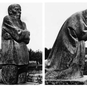 Nach dem Gipsentwurf von Käthe Kollwitz in belgischem Hartkalkstein gehauen von August Rhades und Fritz Diederich Historische Fotografien der ehemaligen Aufstellung auf dem Friedhof in Roggevelde/Belgien. Heute befindet sich dieses plastische Hauptwerk von Käthe Kollwitz auf dem Friedhof von Vladslo-Braedbosch/Belgien
